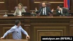 Геворк Петросян (на трибуне) и спикер НС Арарат Мирзоян, Ереван, 12 ноября 2019 г.