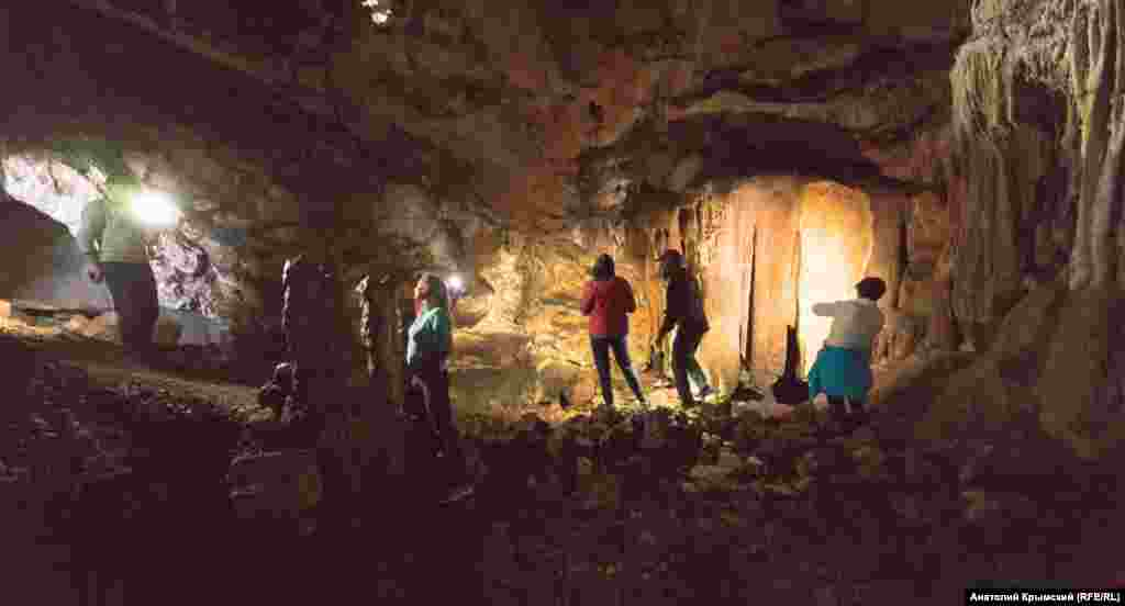 В пещере нашли фрагменты глиняных сосудов эпохи энеолита (III-II тыс. до н.э.) и раннего железа (VII-VI века до н.э.). Наличие во всех слоях многочисленных костей диких животных убеждает ученых, что Ени-Сала служила первобытным людям не постоянным жильем, а чем-то вроде охотничьего домика