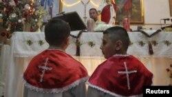 مسيحيون عراقيون في قداس بكنيسة في عمّان