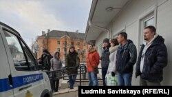Активисты встречают Артема Милушкина у здания суда