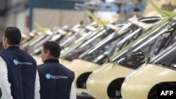 Инженеры франко-германской компании Eurocopter прогуливаются вдоль вертолетов