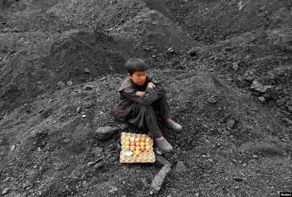 მოხარშული კვერცხით მოვაჭრე ავღანელი ბიჭი მუშტრის მოლოდინში ქაბულის გარეუბანში. (REUTERS/Mohammad Ismail)