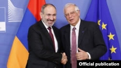 Armenian Prime Minister Nikol Pashinian (left) and EU foreign policy chief Josep Borrell in Brussels (file photo)