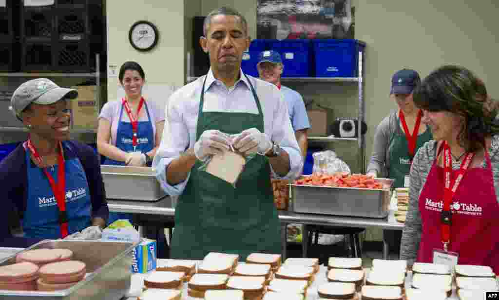 U.S. President Barack Obama (center) makes bologna sandwiches at a restaurant in Washington, amid a partial U.S. government shutdown and debt ceiling standoff. (AFP/Saul Loeb)