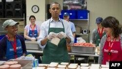 Барак Обама прави сендвичи во Вашингтон, 14.10.2013.