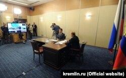 Президент России Владимир Путин и министр энергетики России Александр Новак запускают энергомост, май 2016 года