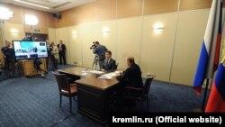 Президент Росії Володимир Путін і міністр енергетики Росії Олександр Новак запускають енергоміст
