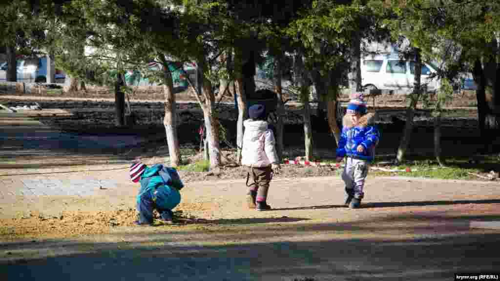 Діти граються з будівельним піском