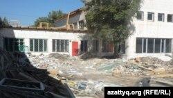Здание и двор школы-лицея № 46, где продолжается ремонт. Шымкент, 27 августа 2014 года.