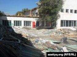 Күрделі жөндеу жұмыстары жүргізіліп жатқан №46 мектеп-гимназиясы. Шымкент, 27 тамыз 2014 жыл.