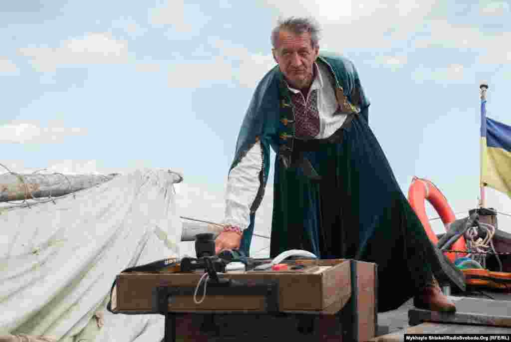 Львовянин Мирон Гуменецкий– капитан судна «Спас». Он же и строит старинные лодки. Этот прототип –один из трех казацких чаек, построенный его командой