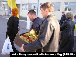 Дніпропетровські активісти допомагають військовим, 31 березня 2014 року