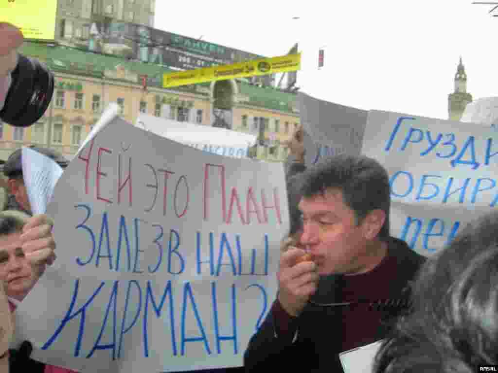 """Борис Немцов выступает у дверей одного из центральных московских супермаркетов """"Седьмой континент"""""""