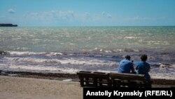 Затишье после шторма: крымский курорт Песчаное (фотогалерея)