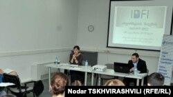 По словам представительницы Ассоциации молодых юристов Тамары Кордзая, в последнее время особенно засекречена информация о зарплатах госчиновников и их премиях