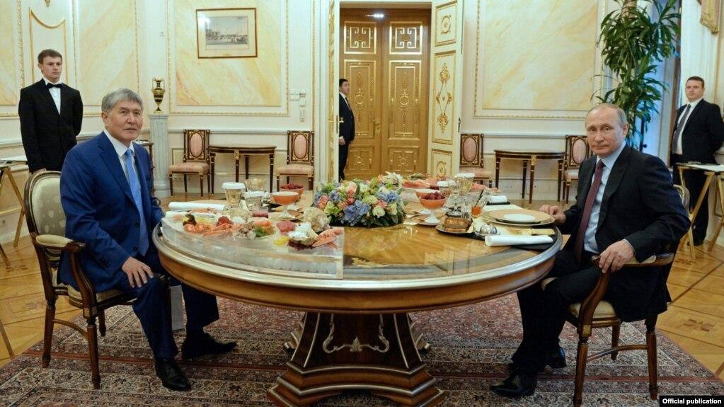 Алмазбек Атамбаев Владимир Путин менен бейформал жолугушуу өткөрдү