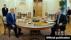Президенты Кыргызстана и России Алмазбек Атамбаев (слева) и Владимир Путин во время неформальной встречи в Москве, 20 июня 2017 года.