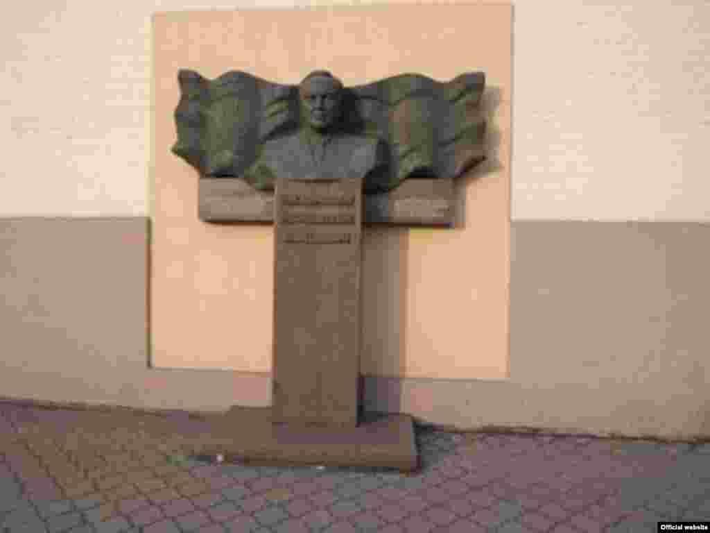 Украинадағы Днепродзержинск қаласындағы Нұрсұлтан Назарбаевтың бюсті. Назарбаев осы қалада техникалық училищеде оқыған. 15 наурыз 2011 жыл.