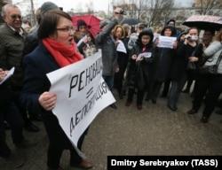 Юлия Галямина на акции против сноcа пятиэтажек