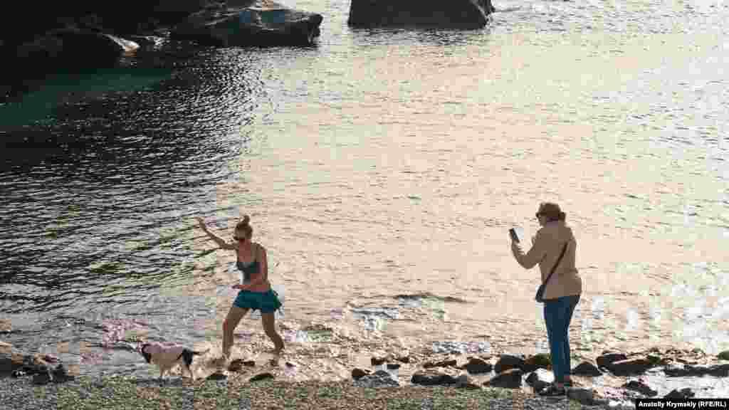 Швидка фотосесія: дівчина намочила в морі тільки ноги