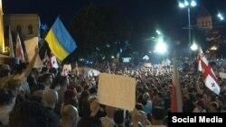 Український прапор на масовій демонстрації в Тбілісі, 20 червня 2019 року. Грузини протестували проти участі російського делегата Сергія Гаврилова в засіданні Міжпарламентської асамблеї православ'я у парламенті Грузії