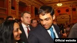 Чемпион мира по шахматам Вишванатан Ананд (Индия) с женой. Апрель 2010 г