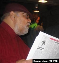 Johnny Răducanu la comemorarea a 30 de ani de la moartea lui Cornel Chiriac organizată de Euroa Liberă și România Literară la Clubul Prometeus din București, 30 martie 2005.