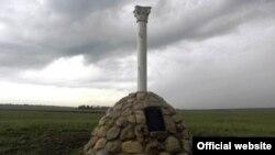 Акмәчет-Феодосия юлында икенче дөнья сугышында һәлак булганнарга рәсми рөхсәтсез куелган һәйкәл