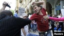 Amnesty International критикует власти Грузии за неспособность защитить права религиозных и сексуальных меньшинств, за пассивность и неоперативность в расследованиях фактов избиений оппозиционеров, за тревожную статистику по семейному насилию