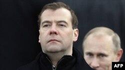 Прем'єр-міністр Росії Дмитро Медведєв та президент Росії Володимир Путін (позаду)