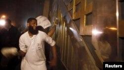 محتج إسلامي مصري يحاول كسر بوابة مقر أمن الدولة في القاهرة