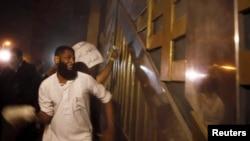 محتج اسلامي يهاجم مقر امن الدولة، 2 آيار 2013.