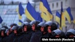 Украина билігінің шешіміне наразылық жиынын бақылап тұрған полицияның арнайы жасағы. Киев, 22 қараша 2013 жыл.