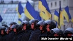 Полиция наблюдает за митингующими в поддержку интеграции с Евросоюзом. Киев, 22 ноября 2013 года.