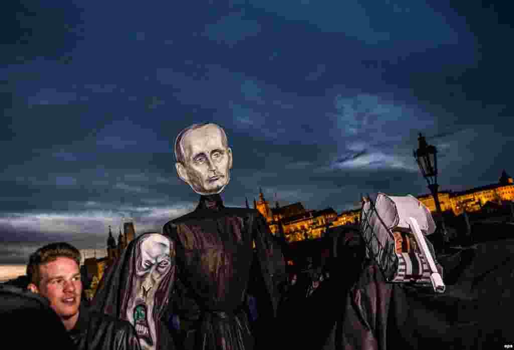 Участник демонстрации в Праге в день очередной годовщины «Бархатной революции» 17 ноября 1989 года несёт изображение президента России Владимира Путина