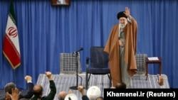 اظهارات علی خامنهای در تهران و در دیدار با اهالی آذربایجان شرقی ایراد میشد.