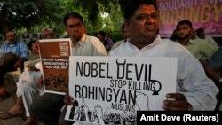 """Демонстрант во Ахмедабад во Индија држи транспарент со кој ја обвинува бурманската лидерка Аунг Сан Су Ќи дека е """"Нобеловски ѓавол"""" на 18 септември 2017"""