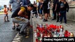 Зажжение свеч у места гибели цыгана, который умер в машине скорой помощи вскоре после его задержания полицией. Теплице, 22 июня 2021 года.
