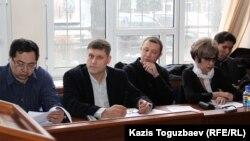 ADAM bol редакциясы мен қорғаушылары журналды жабу туралы сот шешімі шығар алдында. Алматы, 26 ақпан 2015 жыл
