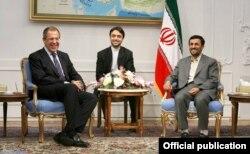 Mahmoud Ahmadinejad Rusiyanın Xarici İşlər naziri Sergei Lavrov-u qəbul edir. Rusiya bayrağı yoxdur