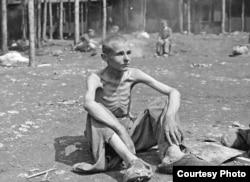Истощенный юный узник лагеря Эбензее после освобождения. Фото из архива автора.