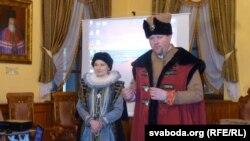 Аляксей Бацюкоў з супрацоўніцай музэю таксама ў касьцюмах эпохі Магдэбурскага права.