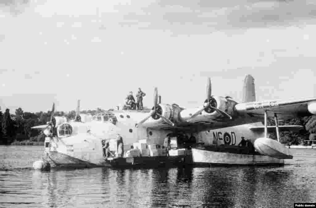 A Short Sunderland of the RAF, moored on the Havel River in West Berlin. Sea planes carrying cargo also landed on Lake Wannsee from July until mid-December 1948, when the threat of winter ice made it unsafe.
