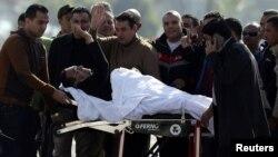 Եգիպտոսի նախկին նախագահ Հոսնի Մուբարաքը ողջունում է իր աջակիցներին Կահիրեի Մաադի ռազմական հիվանդանոց վերադառնալիս, 29-ը նոյեմբերի, 2014թ․