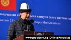 Қырғыз үкіметінің басшысы әрі президент міндетін атқарушы Садыр Жапаров. Қошқар ауданы, 25 қазан 2020 жыл.