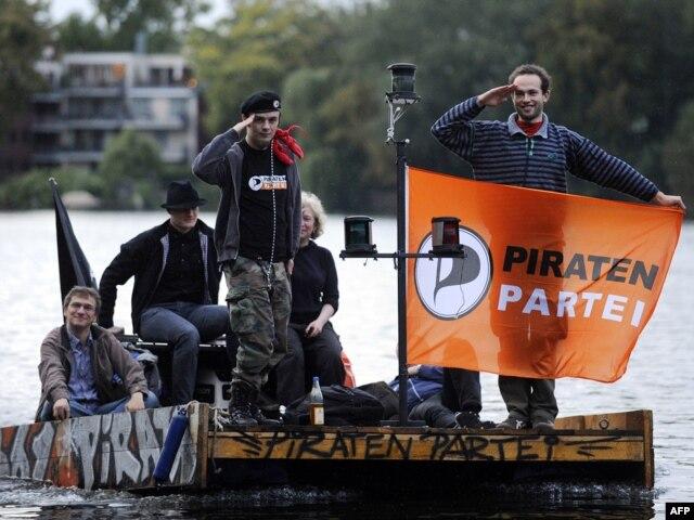 Активисты Пиратской партии спускаются по реке Шпрее. 2012 год