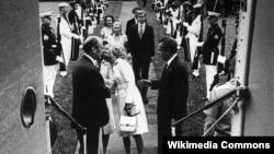 Ричард Никсон покидает Белый Дом после заявления об отставке 9 августа 1974 года