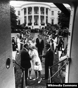 Richard Nixon 1974-cü il avqustun 9-dakı istefasından az əvvəl Ağ evi tərk edir.