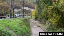 Дорога идет вдоль железнодорожной колеи