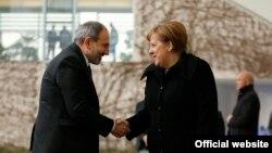 Գերմանիայի կանցլեր Անգելա Մերկելը ողջունում է Հայաստանի վարչապետ Նիկոլ Փաշինյանին, Բեռլին, 1-ը փետրվարի, 2020թ.